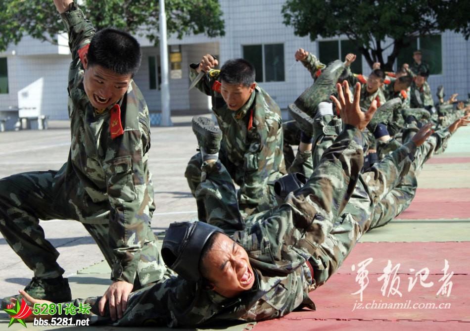 广东武警部队训练摔擒提高一招制敌战斗技能图片
