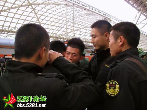 2011年驻青岛部队复退转业老兵分别场面