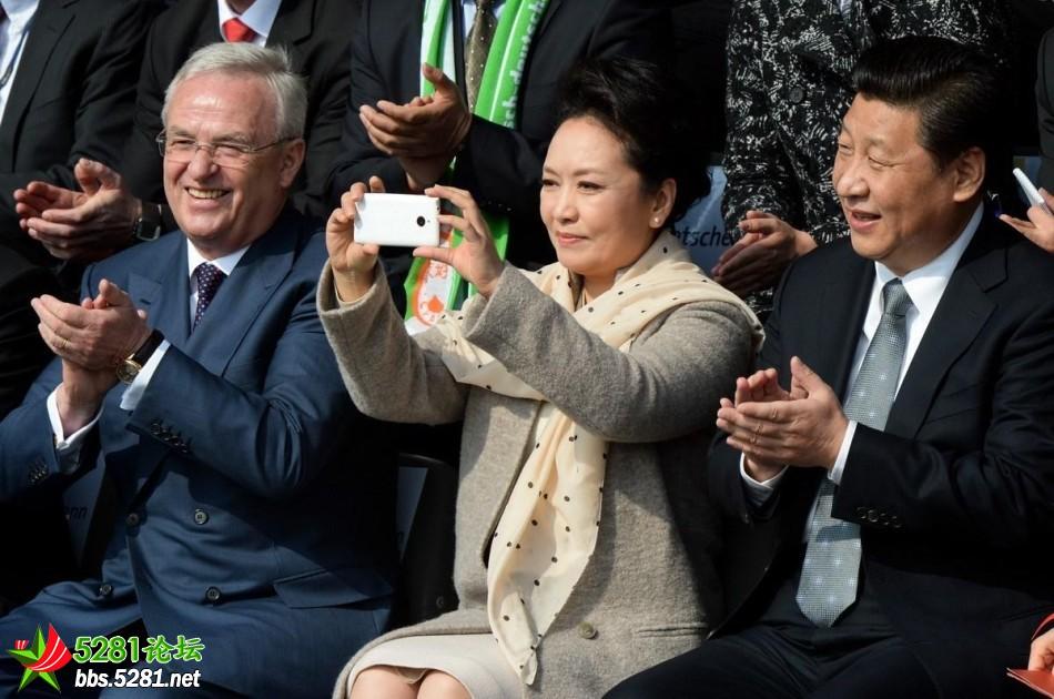 彭丽媛访德用国产手机拍照图片