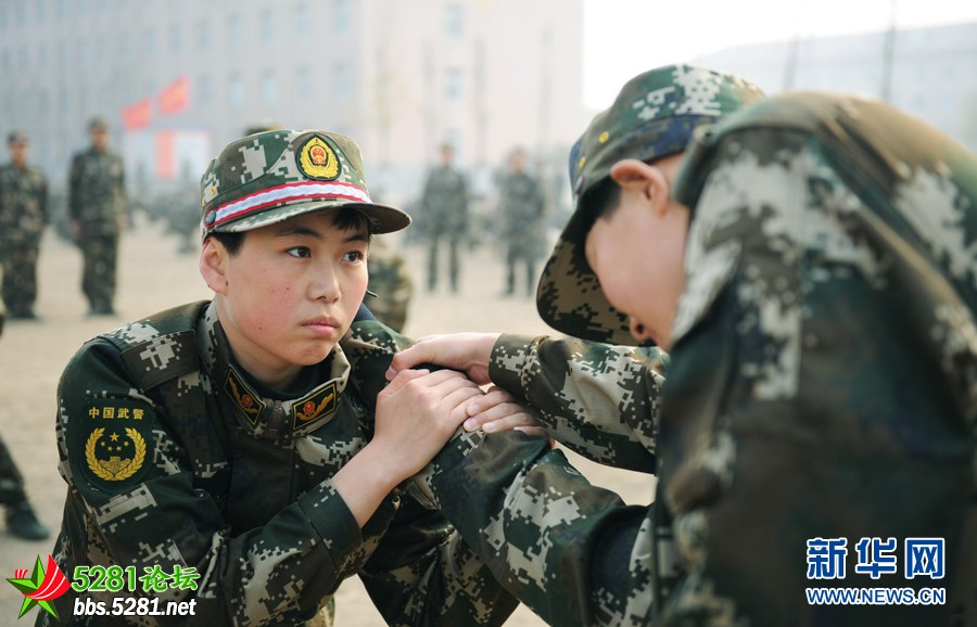 新华网消息:抖起精神提起劲儿,拿出你们的血性来开打!武警天津总队新兵团训练场上,女兵班长房孟祺正在组织擒敌拳训练,女兵们清一色齐耳短发,一令一动,气势如虹。新兵团容纳2000多人的训练场上,女兵方阵格外抢眼。 这些女兵可不简单。女兵排25名战士中,19人是大学生士兵,不仅学历水平高,军事素质方面也一点不输给男兵。新训大队大队长董兵说。 尽管训练大纲标准略有不同,但在新兵团,男兵女兵同场训练、同台竞技,从难从严要求一致。女兵们表示:既然穿上军装,都是奔着同一个目标当能打仗的兵。 女兵和男兵