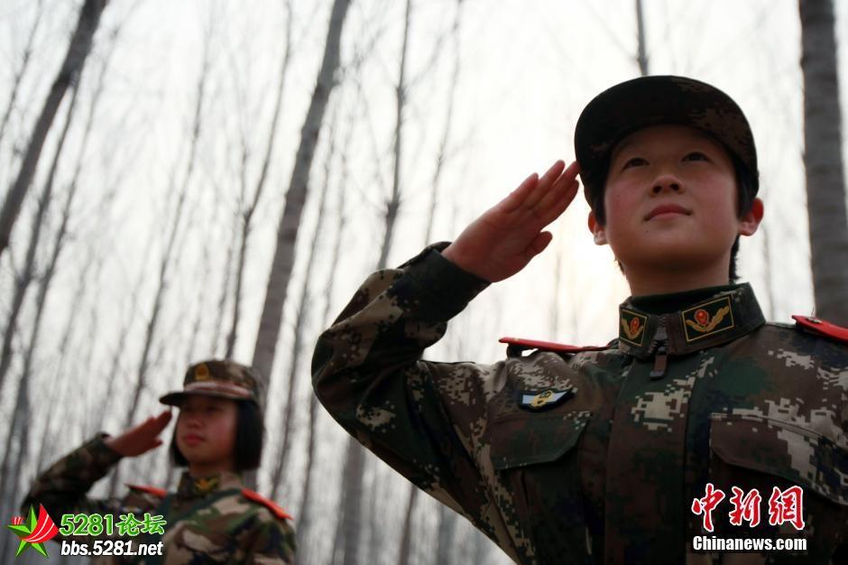 北京武警部队女新兵野营拉练 斗志昂扬笑容灿烂图片