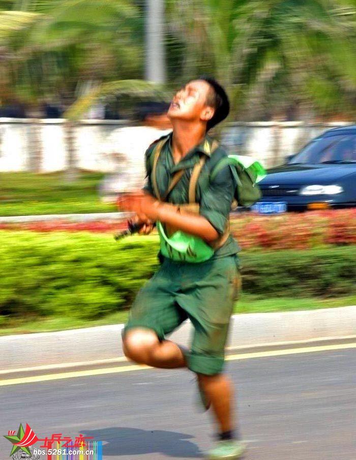 军人跑步卡通图片