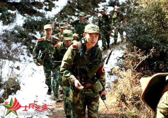 昆明陆军学院组织2008届毕业学员和部分教员,千里机动,赴云南大理地区进行信息化条件和复杂电磁环境下的军政综合演练。此次演练共设置摩步营反空降战斗、反恐怖联合作战、高海拔战场机动等9个课题,采取多兵种合成、多角色转换、高强度训练、实战化演习、检验性考核的方式,探索院校与部队联教联训联考教学训练新路子,既推动了该院任职教育改革的深化发展,也完成了毕业学员离校前的全面加钢淬火。 每天负重20多公斤,连续翻越数座海拔3000米以上的大山,行走60以上公里,一次又一次地突破了体力极限,这种痛苦让许多学员发了